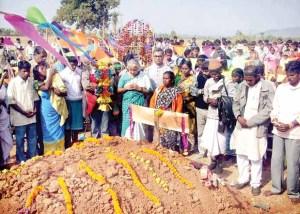 Medha Pateker and villagers paying homage to Lakhiram Tuddu
